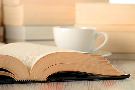 Buch und Tasse Kaffee
